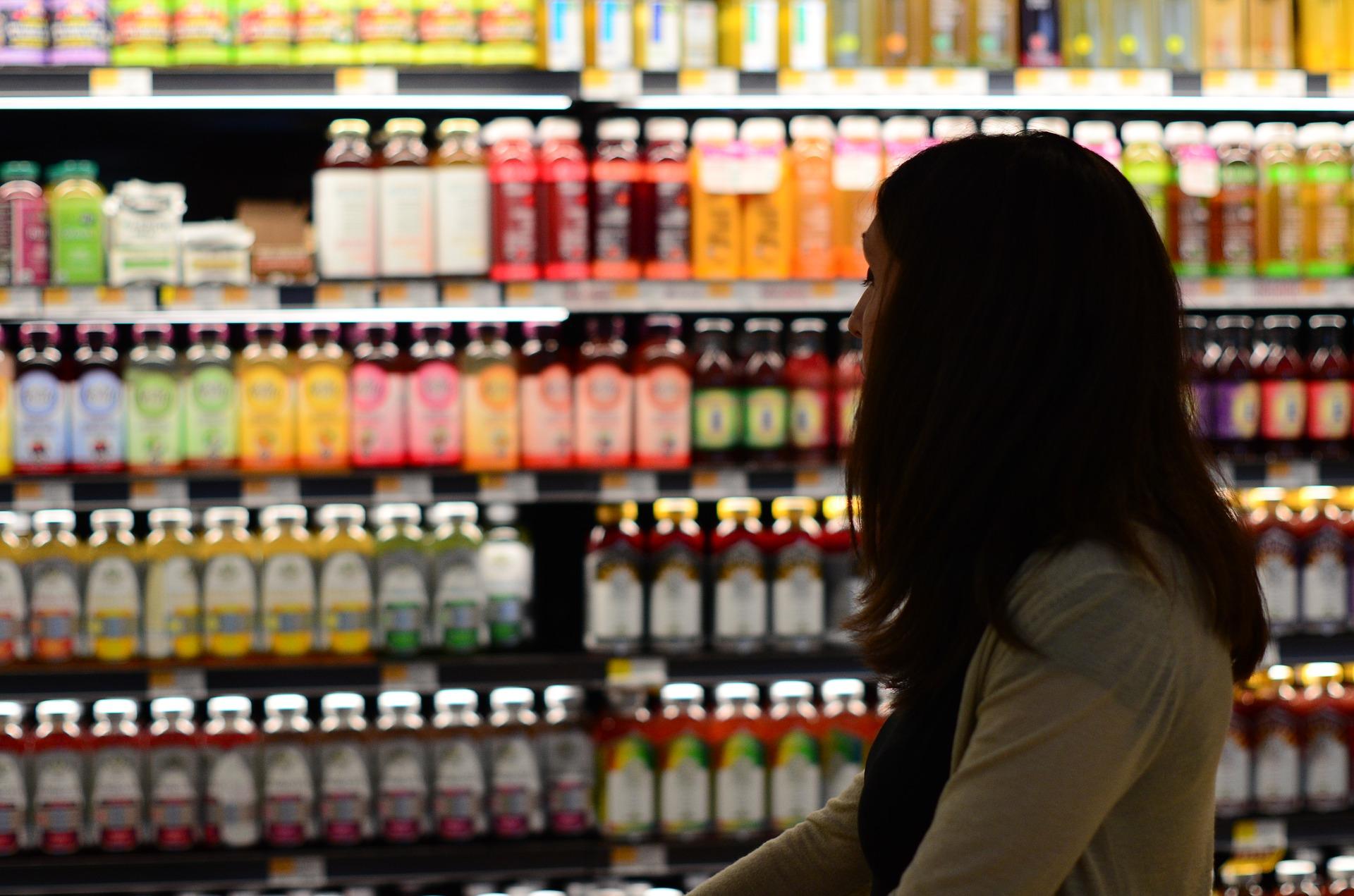 スーパーのジュース売り場