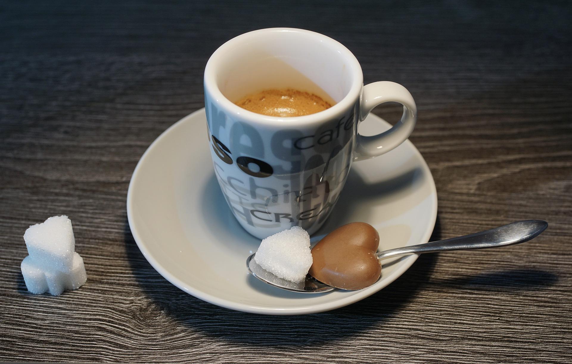 コーヒーに添えられた砂糖